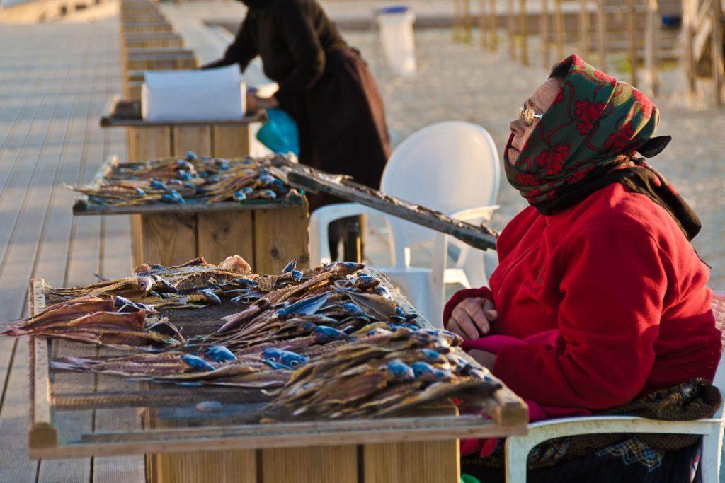 mujer vendiendo pescado en Nazare