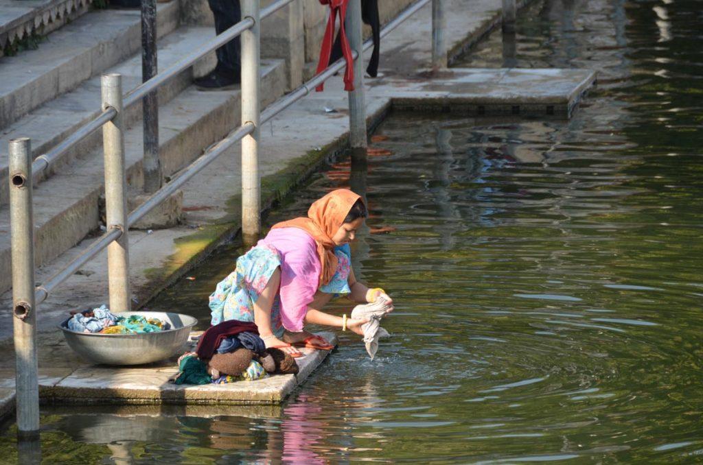 Mujer lavando en la calle. Udaipur, India